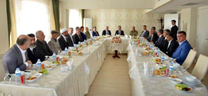 Diyarbakır Valisi AKP  yanlısı aşiret liderleri ile bir araya geldi