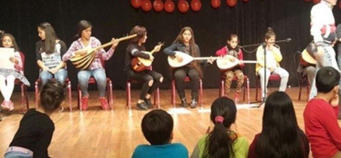 Çocuklar Kürtçe türkü söyleyince ses kesildi!