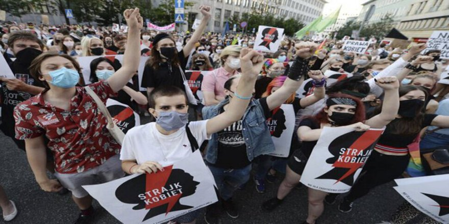İstanbul Sözleşmesi'nden çekileceğini açıklayan Polonya'da protesto