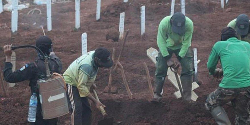 Endonezya'da maske takmayanlara ceza olarak Kovid-19 hastalarının mezarı kazdırıldı