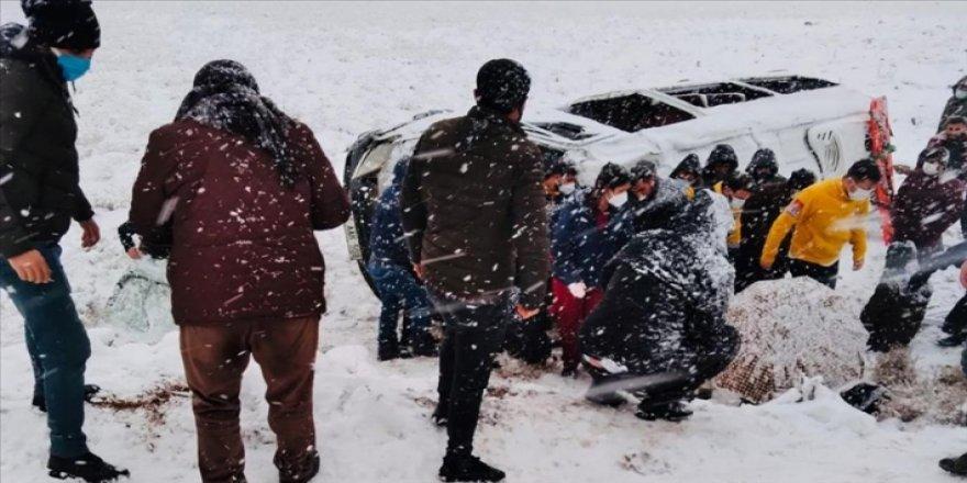 Diyarbakır'da iki minibüs devrildi: 22 kişi yaralandı