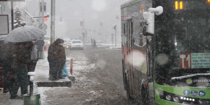 Diyarbakır'da beyaz örtü: Yurttaşlar duraklarda kaldı