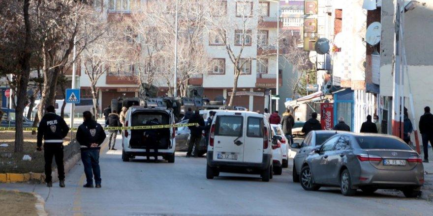 Diyarbakır'da bir kişi kızını ve eşini öldürdü