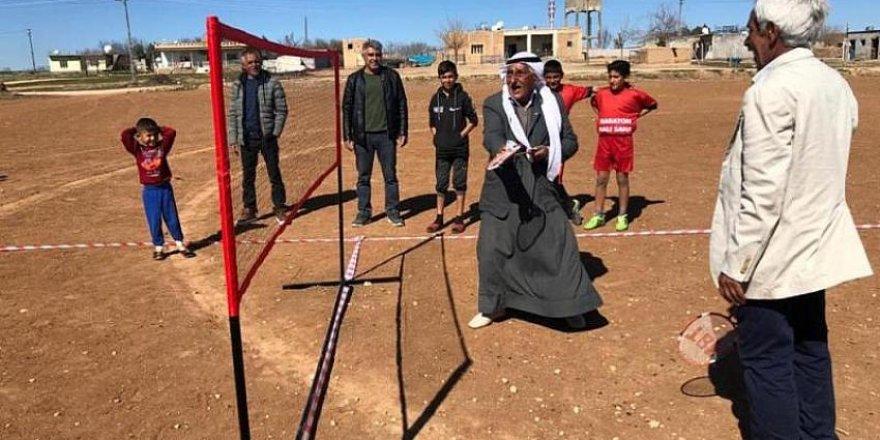 Mardin'de köylülerden şalvarlı ve fistanlı badminton maçı