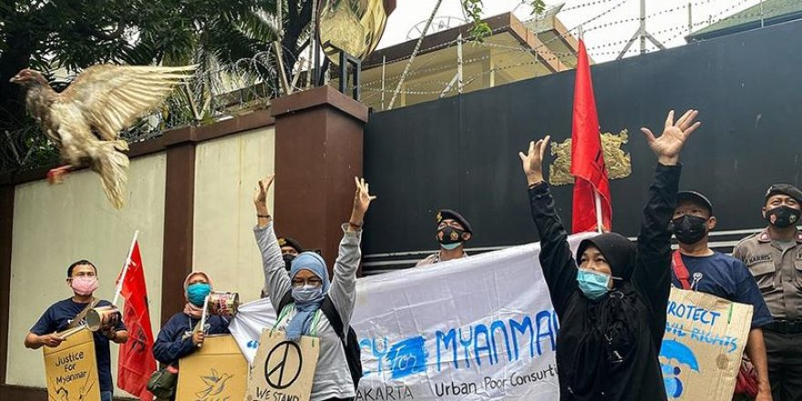 Darbenin en kanlı günü: Myanmar'da 18 protestocu öldürüldü