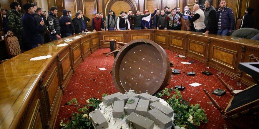 Ermenistan'da göstericiler hükümet binasını bastı!