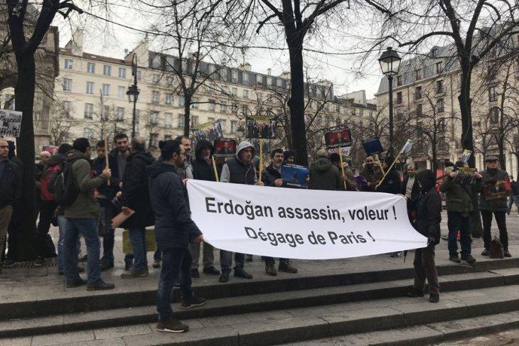 Erdoğan-Macron görüşmesi protestolarla başladı