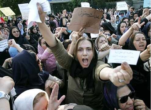 İranlı kadınlardan 'Beyaz Çarşamba' hareketi: Ne giyeceğimize biz karar veririz!