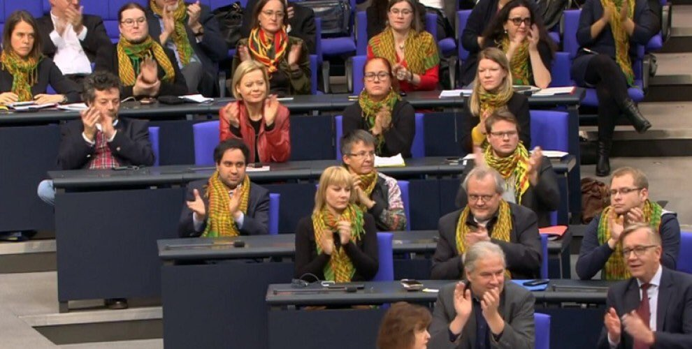 Alman Sol Partili kadın vekillerden Efrin'e poşulu destek