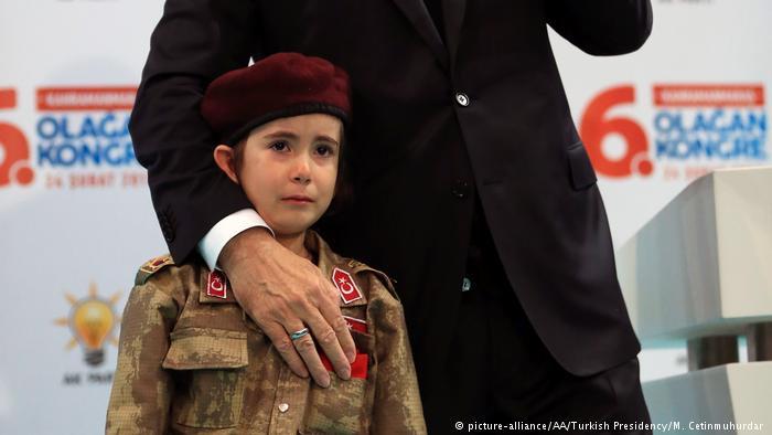 Erdoğan'ın ağlayan çocuğu tesellisine tepki
