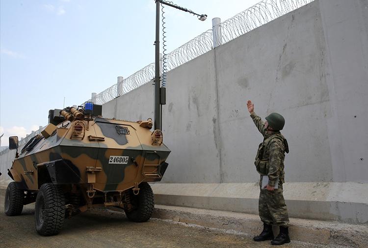 AB mülteciler karşılığında Türkiye'ye askeri ekipman desteği verdi, Türkiye mültecilere ateş açtı
