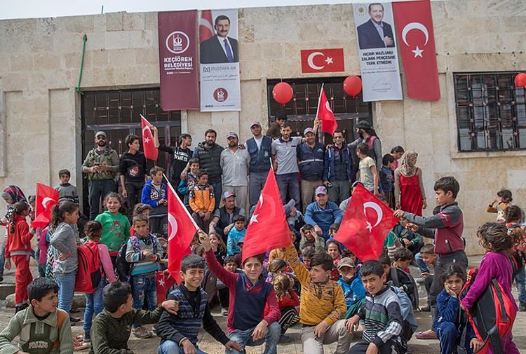 Afrin'deki okullarda Erdoğan posteri ve Türk bayrakları