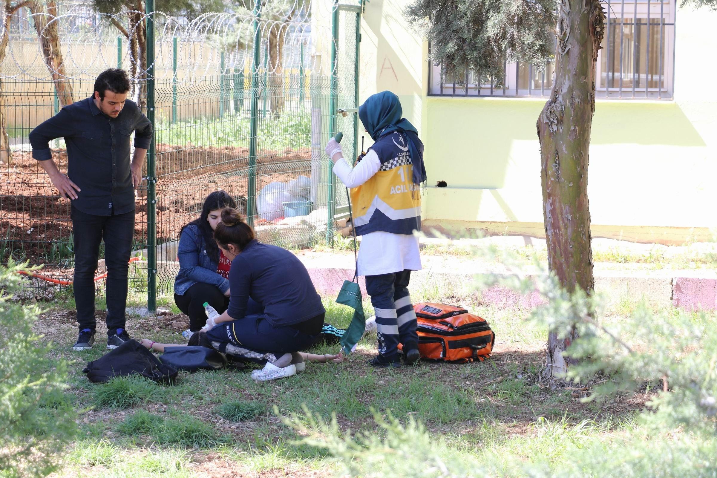 Diyarbakır'da liseli kız, okul getirdiği tabancayla önce başına sıktı sonra sınıfları gezdi...