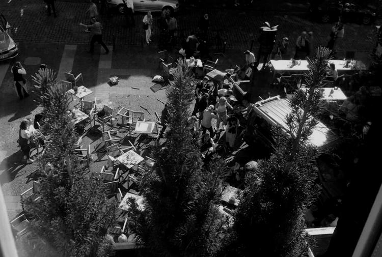 Almanya'da bir araç kalabalığa daldı: 'Yaşamını yitirenler var'
