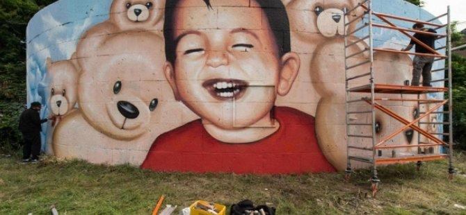 Alan Kurdi artık gülümsüyor
