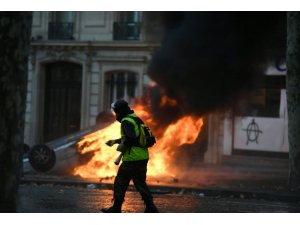 Paris sokakları durulmuyor: 65 yaralı yüzlerce gözaltı