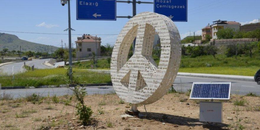 """AKP'nin kaldırttığı """"Çok Dilli Barış Heykeli"""" yeniden eski yerinde"""