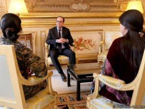 YPG komutanı üniformasıyla Hollande'la
