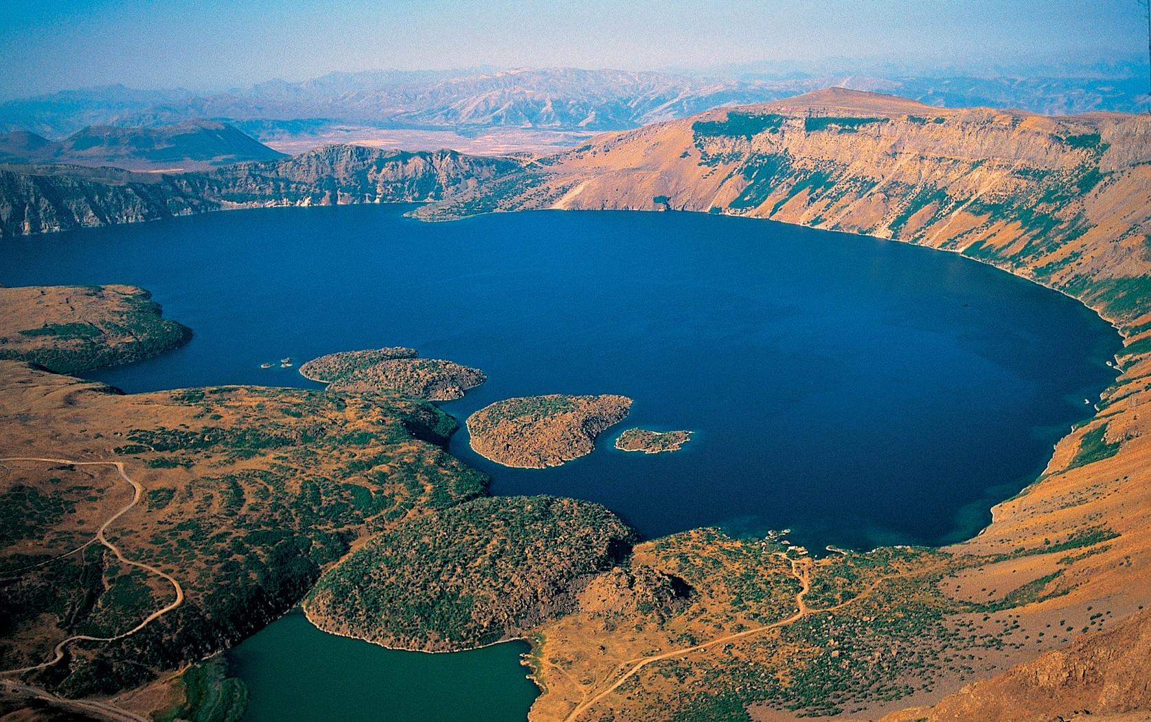 Nemrut Krater Gölü'ne ziyaretçi akını