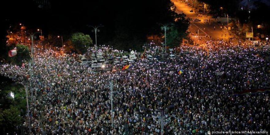 Romanya'da hükümete karşı binlerce kişi sokakta