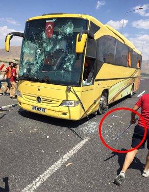 Galatasaraylı Taraftarlar, Beşiktaşlı Taraftarların Otobüsüne Saldırdı