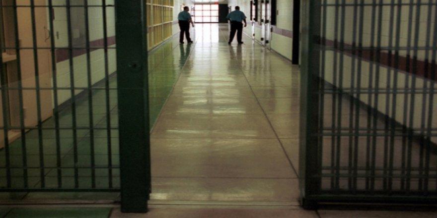 Gardiyanlar tutukluları darp etti