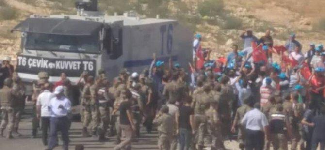 Irkçı grup Antep'te cenazelere tekbirle saldırdılar
