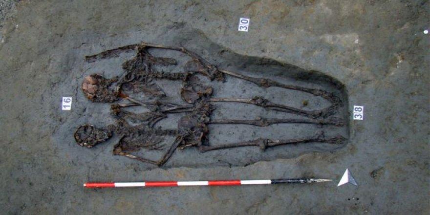 'Modena Aşıkları': El ele tutuşmuş 1500 yıllık iki erkek!