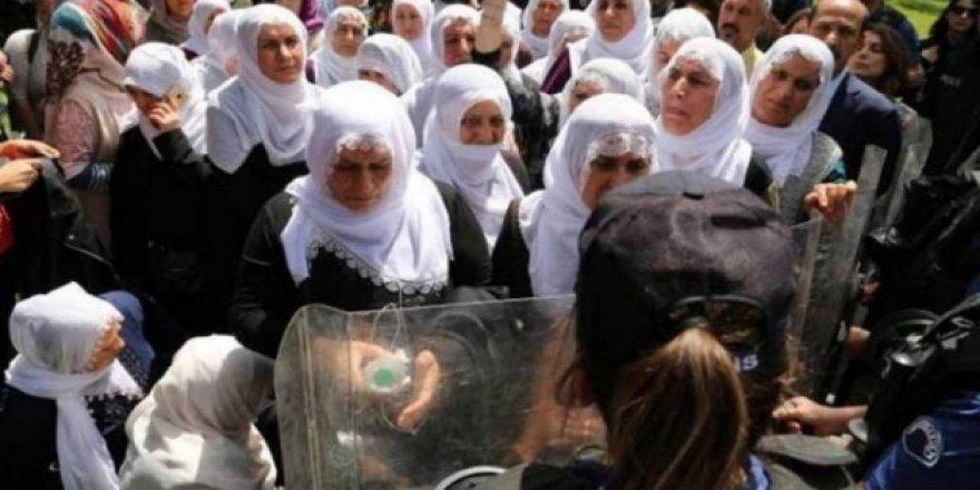 Beyaz tülbentli anneler polis zoruyla uzaklaştırıldı