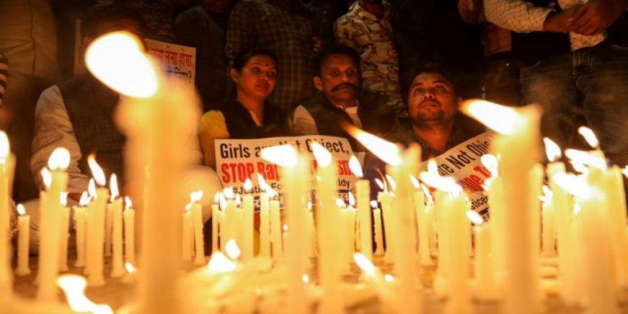 Hindistan'da cinsel saldırıya uğradıktan sonra yakılarak öldürülen veteriner için protesto