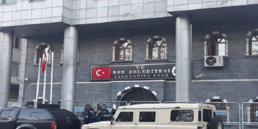 Sur Belediyesi'ne baskın: Eşbaşkan gözaltına alındı