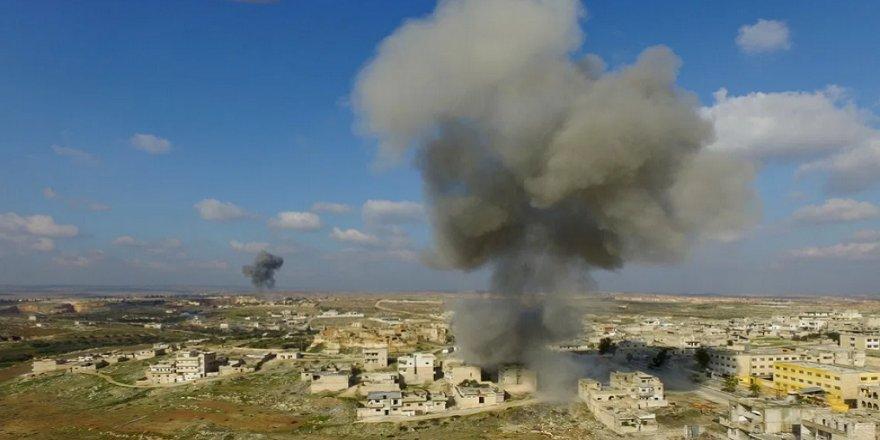 Rus uçakları İdlib'i bombaladı: 30 ölü, Türkiye sınırına 830 bin Suriyeli göç etti