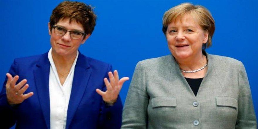 Merkel'in veliahtı Karrenbauer partisinden istifa etti