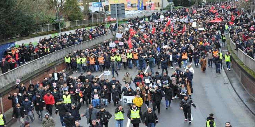 Almanya'da ırkçı teröre karşı 10 bin kişi yürüdü